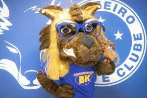 Cruzeiro: Torcedora Salomé é homenageada com mascote