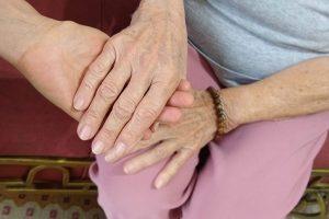 Com envelhecimento, cresce número de familiares que cuidam de idosos no país