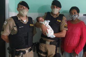 Espera Feliz: Policiais militares salvam bebê engasgado