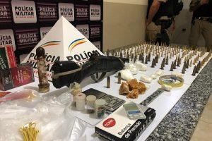 PM apreende arma, munições e vasto material relacionado ao tráfico de drogas