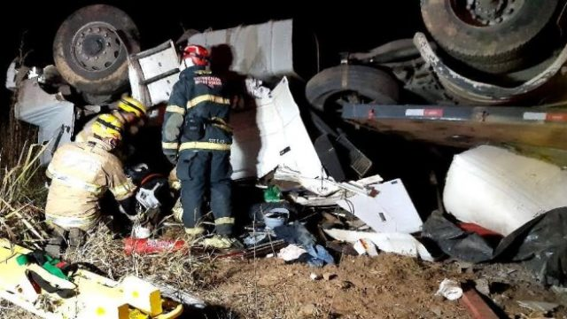 Região: Carreta capota e mata motorista na BR 116