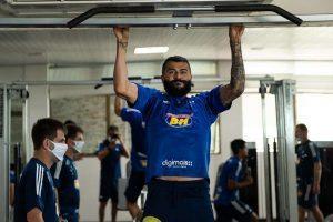Cruzeiro faz treino físico em academia de hotel em Alagoas