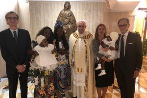 Papa Francisco batiza gêmeas siamesas após sua separação