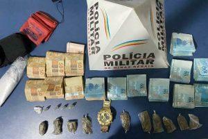 Plantão PM: Acusado de tráfico preso, drogas e 15 mil reais apreendidos