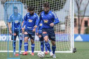 Cruzeiro treina com Sobis e Arthur Caíke em preparação para pegar o Figueirense