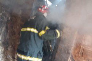 Bombeiros apagam fogo em barraco no bairro Santa Luzia