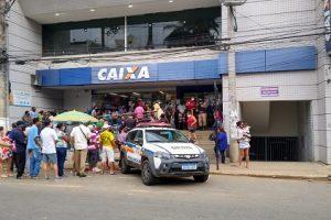 PM realiza prevenções na fila da Caixa em Manhuaçu