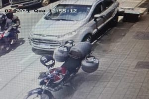 Assaltante rouba malote de supermercado e atira em motoboy