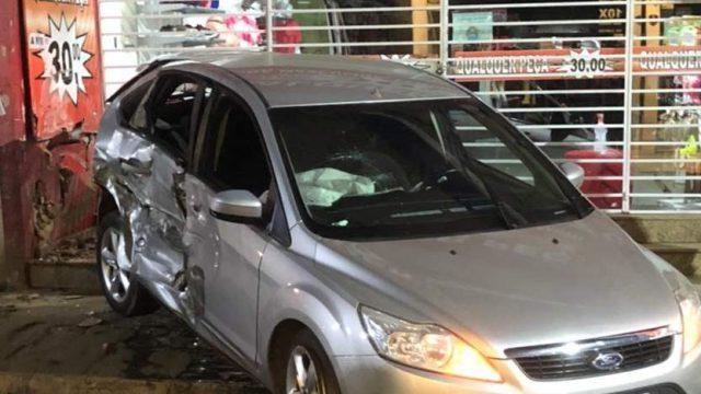 Manhuaçu: Bate carro no centro e foge do local