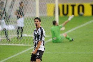 Atlético vence América e se isola na liderança do Mineiro
