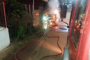 Carro pega fogo no bairro Engenho da Serra