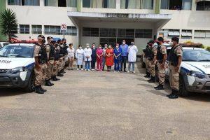 Manhuaçu: Policiais militares prestam homenagem a profissionais de saúde