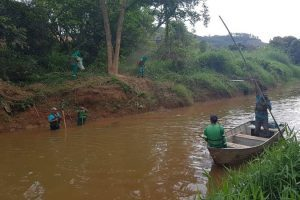 Rio Manhuaçu começa a ser limpo pela prefeitura