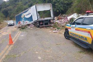 Caminhão de laticínio tomba na região de Santana do Manhuaçu