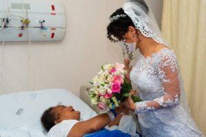 Vestida de noiva, filha visita a mãe internada horas antes de se casar