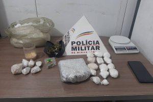 Manhuaçu: Após denúncias, PM aprende grande quantidade de drogas na Vila Formosa