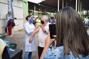 Manhuaçu: Idosos de 61 anos recebem 1ª dose da vacina contra Covid-19