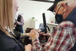 Vovô de 79 vai para a escola aprender a pentear e maquiar a esposa doente