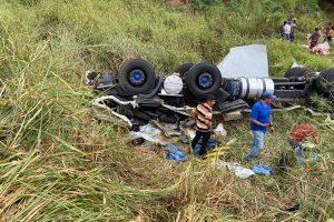 BR 116: Caminhão tomba em Orizânia e deixa condutor ferido