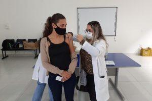 Manhuaçu inicia vacinação de trabalhadores da educação básica contra a Covid-19