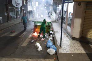 Contêiner é incendiado no centro de Manhuaçu com risco de fogo em comércio