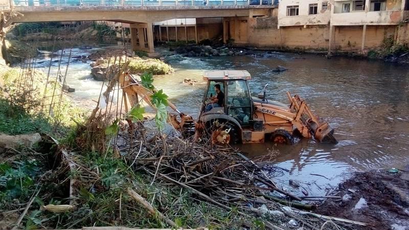 Prefeitura retira toneladas de sujeira do Rio Manhuaçu