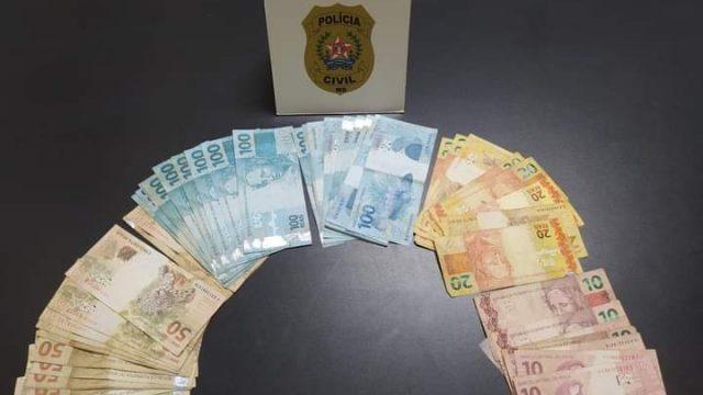 Mulher acha carteira, saca 3 mil reais e acaba presa pela PC