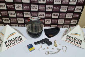 PM prende autor de roubo em Mutum; Joias e arma apreendidas