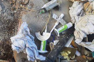 PERIGO: Seringas e materiais hospitalares são encontrados no lixo domiciliar em Manhuaçu
