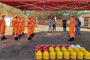 Corpo de Bombeiros de Manhuaçu recebe doação de capacetes contra incêndio