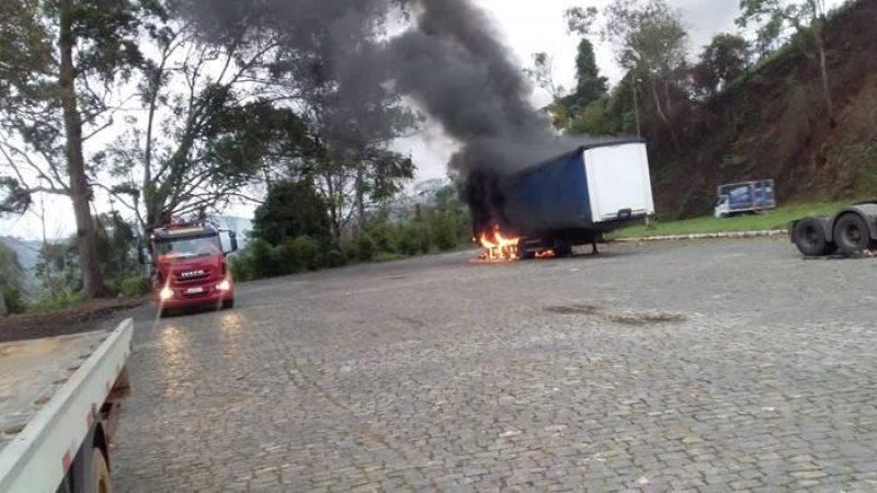 Bombeiros debelam fogo em carreta na BR 116